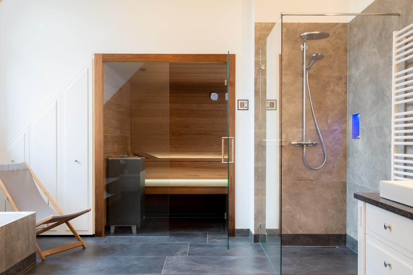 Voll integrierte Einbausauna im Bad  Maßanfertigung   corso